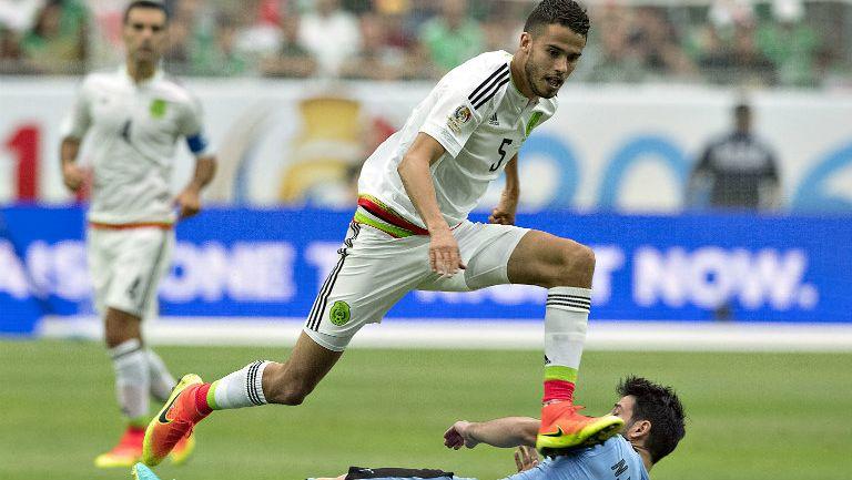 Diego Reyes conduce balón contra Uruguay