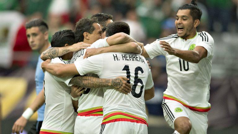 Jugadores de México festejan anotación contra Uruguay