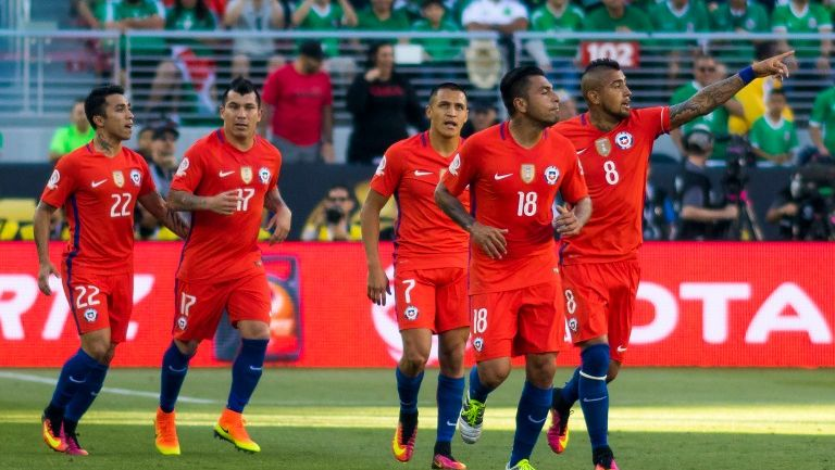 Chile festeja una anotación contra el Tri