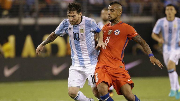 Vidal y Messi disputan balón en la Final de la Copa América