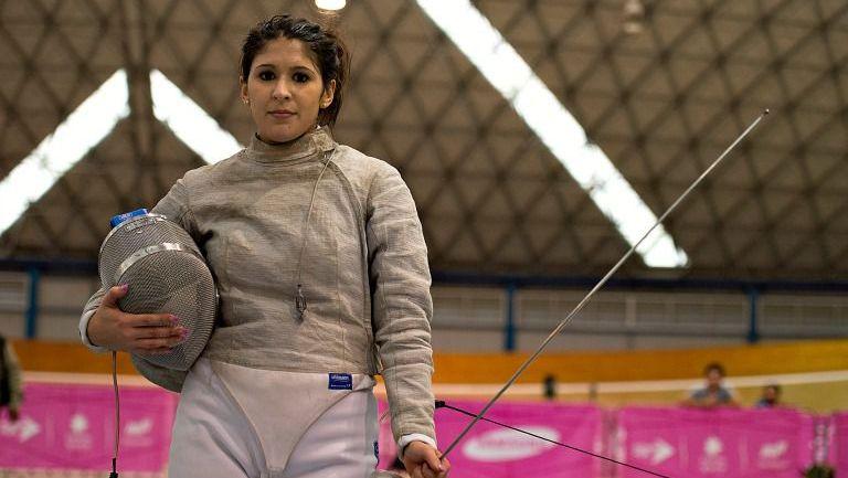 Paola Pliego durante una competencia de esgrima