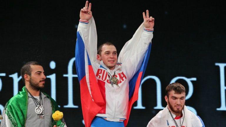 Artem Okulov celebra durante el Campeonato de la IWF en 2015