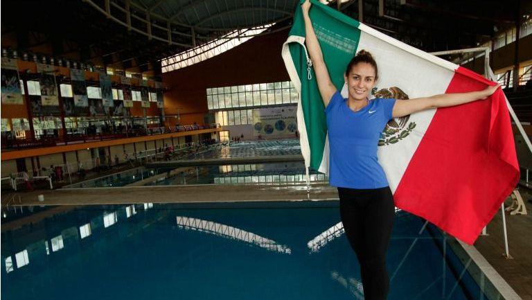 Paola Espinosa posa con la bandera nacional