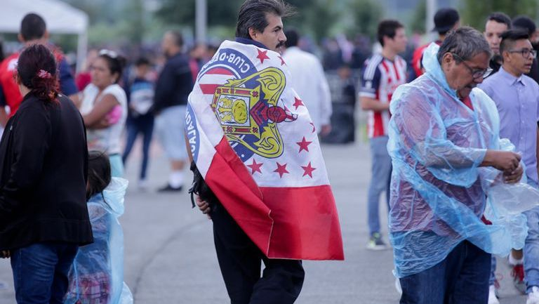 Aficionado rojiblanco, afuera del Estadio Chivas