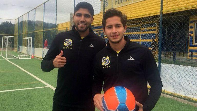 Iván Ochoa (izq) y Steven Almeida (der) posan con balón e indumentaria de Everton