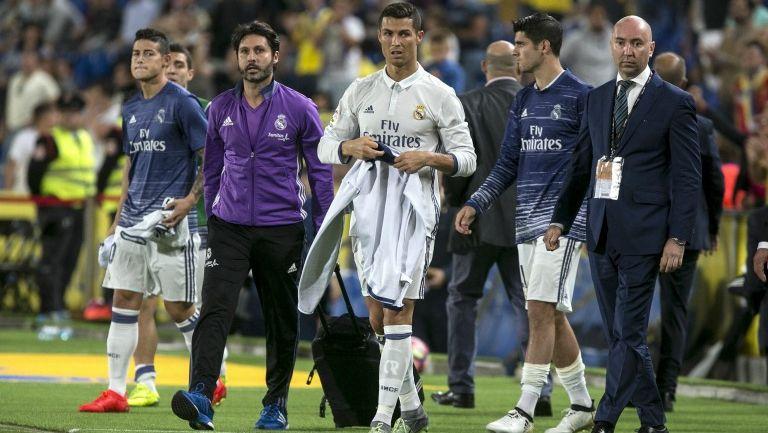 Cristiano Ronaldo abandona la cancha tras finalizar el duelo