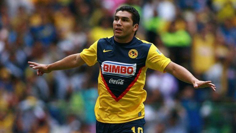 El exjugador Salvador Cabañas celebra un gol con la playera del América