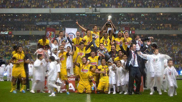 La plantilla del América levanta la copa del Clausura 2013