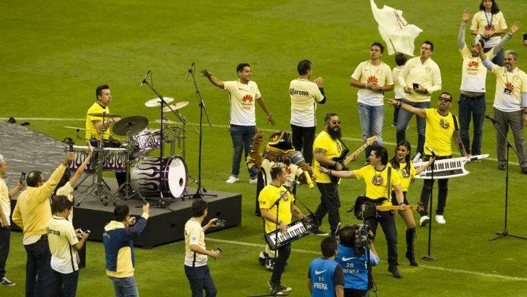 La banda Matute canta el himno del Centenario