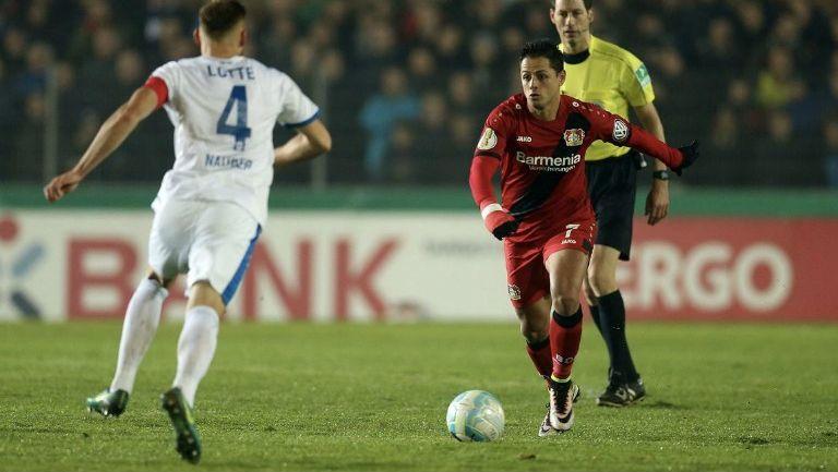 Javier Hernández conduce el balón en el duelo Lotte vs Bayer