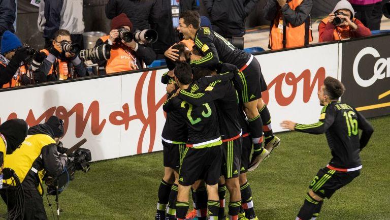 Los jugadores de México celebran el segundo gol de México frente a EU