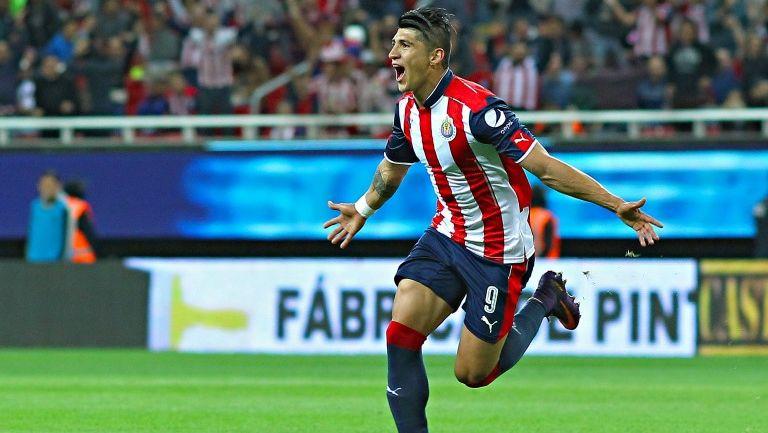 Alan Pulido festeja un gol contra Necaxa