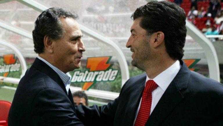 José Luis Real y José Manuel de la Torre se saludan previo a un partido