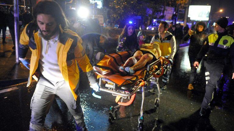 Paramédicos llevan aun herido del ataque terrorista en Estambul