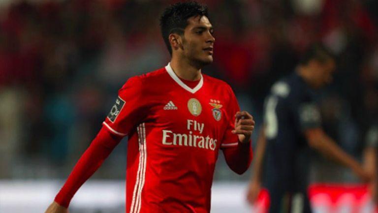 Raúl Jiménez en un partido con Benfica