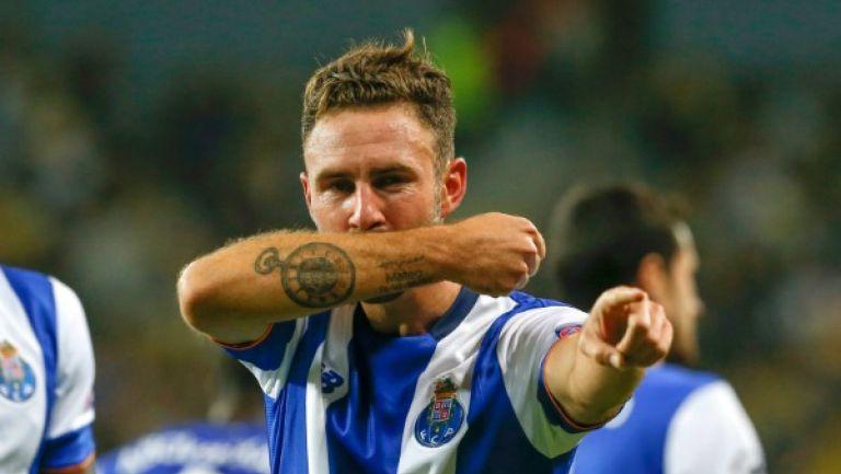Miguel Layún festejando una anotación con el Porto