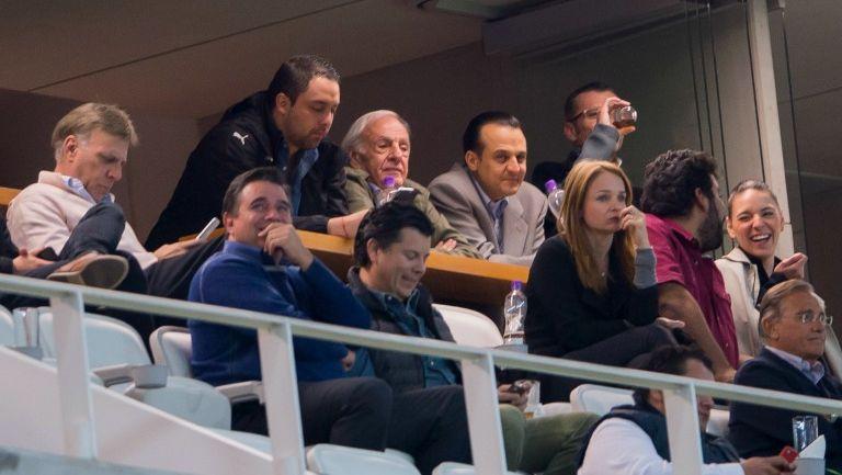 Menotti observa el juego fuera de la cabina de transmisión