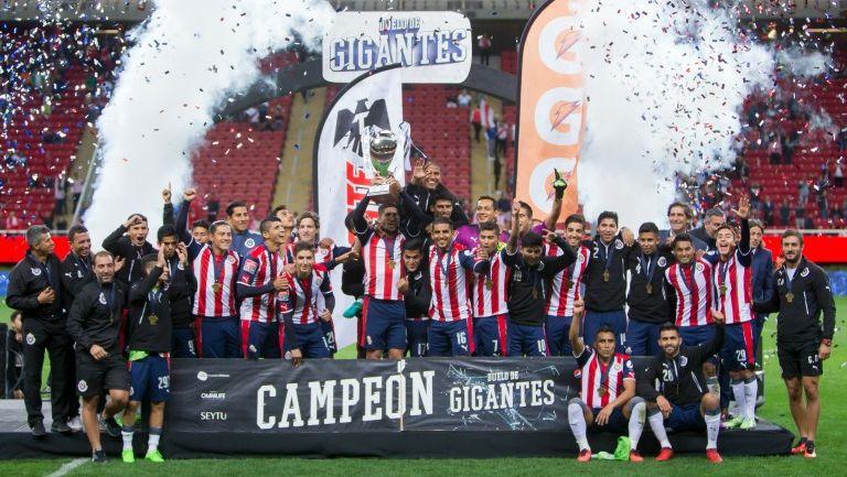 Los jugadores de Chivas levantando el trofeo de 'Duelo de Gigantes'