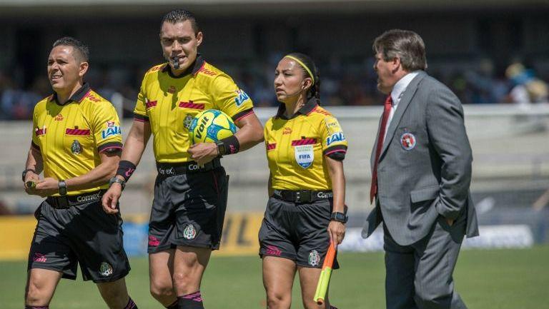 Herrera habla a los árbitros al termino del juego Pumas vs Xolos