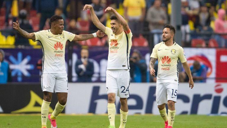 Los jugadores de América celebran tras el gol de Peralta frente a Necaxa