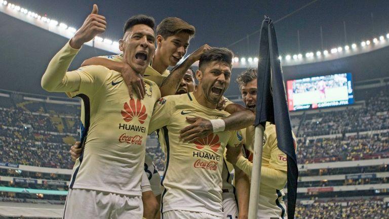 Oribe Peralta celebra un tanto con América en el Estadio Azteca