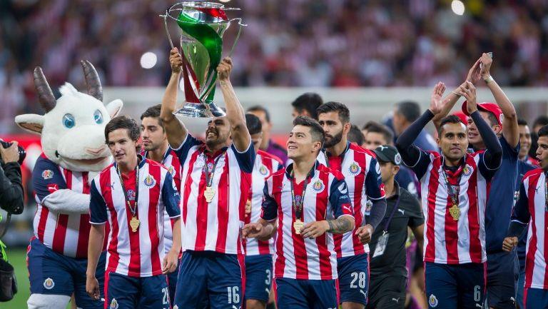 Jugadores de Chivas levantan el trofeo de Copa MX en casa