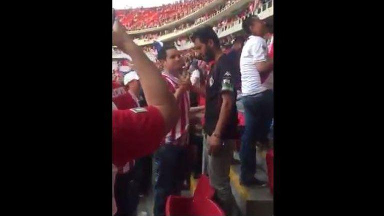 El aficionado de Chivas consolando al seguidor rojinegro