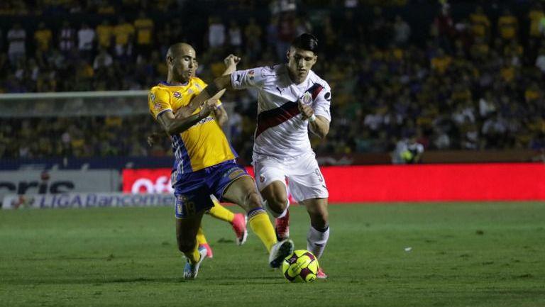 Pizarro y Pulido pelean un balón en un partido