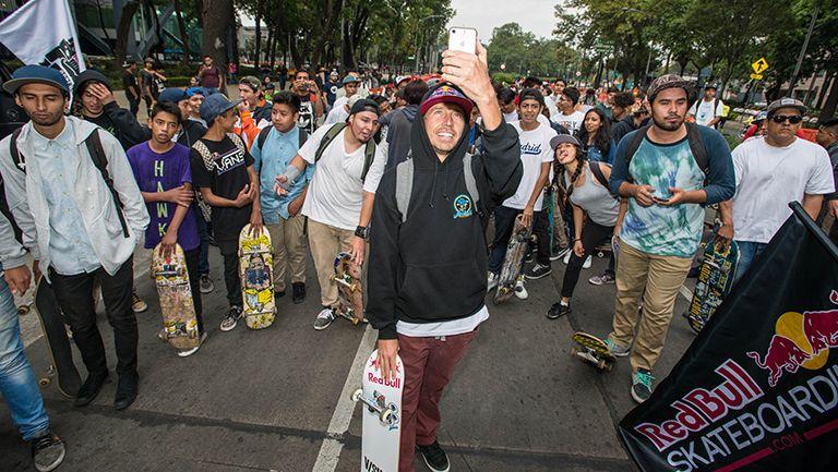 Joey, tomándose una selfie con sus fans