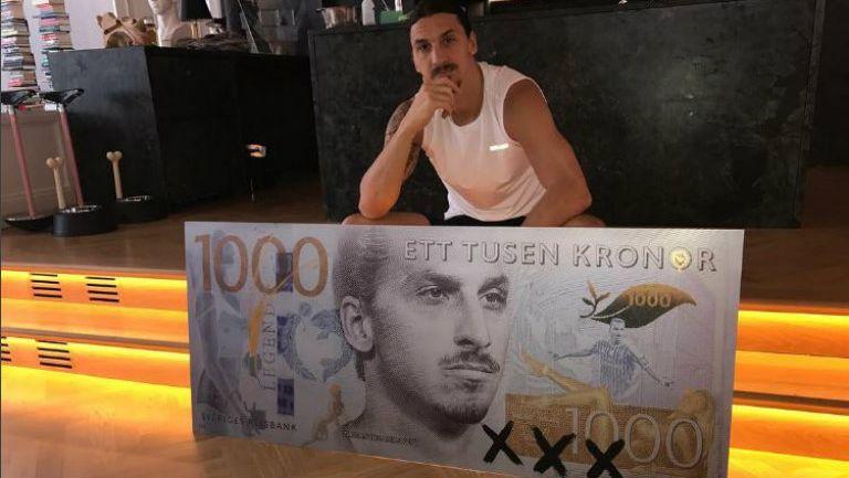 Ibrahimovic posa con su billete de 1000 coronas suecas
