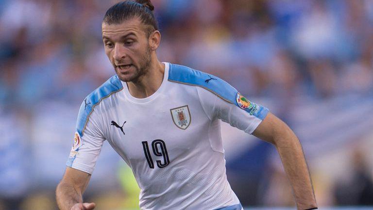 Gastón Silva disputa un juego con la selección de Uruguay