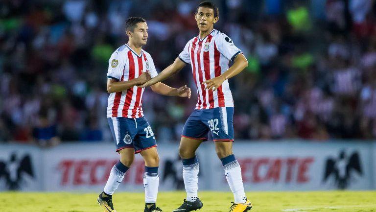 José Juan Macías celebrando con su compañero el gol de Chivas en Ciudad Juárez