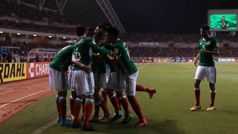 Los jugadores de México celebran el tanto frente a Costa Rica