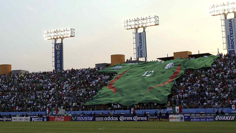 Playera gigante del Tri, en las tribunas del Alfonso Lastras
