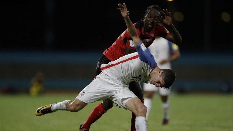 Christian Pulisic disputa un balón en el juego contra Trinidad y Tobago