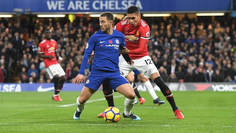 Eden Hazard en duelo por el balón contra Chris Smalling del Manchester United