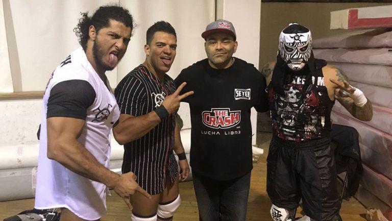 Konnan (centro) posa con Rush (izq), La Máscara (izq) y Penta Zero M (der)