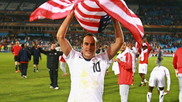 Donovan, presumiendo la bandera de Estados Unidos durante un festejo en el Mundial de 2010