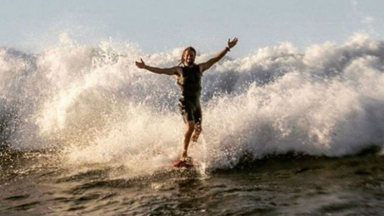 Hugo Vau surfeando las playas de Hawaii