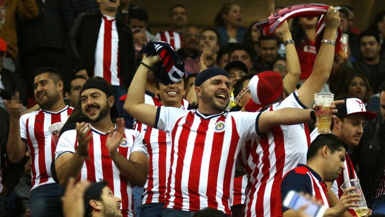 Afición rojiblanca, disfruta en juego de Chivas