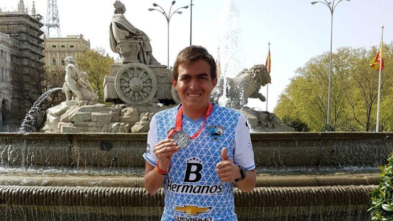 Óscar Casanova Perches presume medalla del Maratón de Madrid
