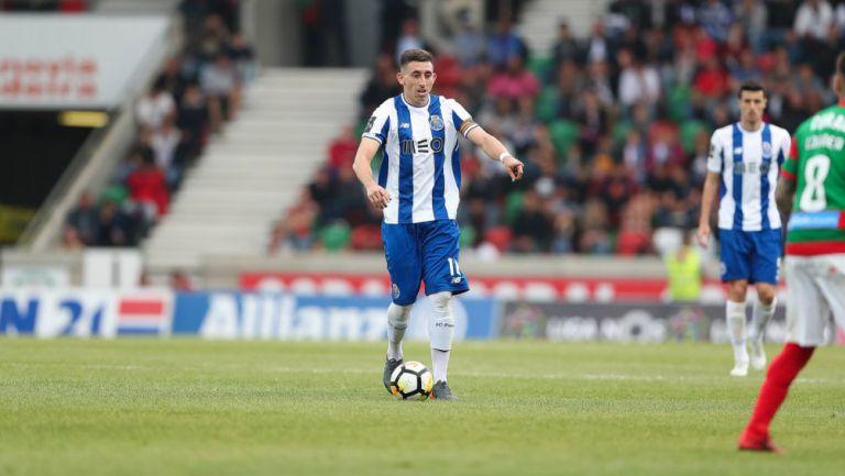 Herrera conduce una pelota en un partido del Porto