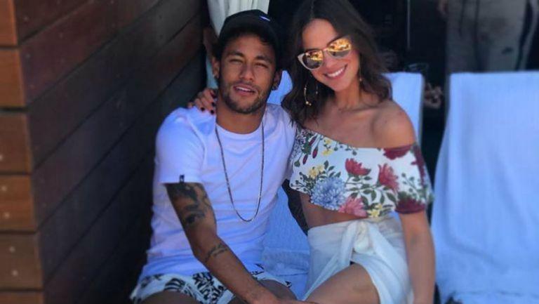 Neymar y Bruna posan juntos para una fotografía