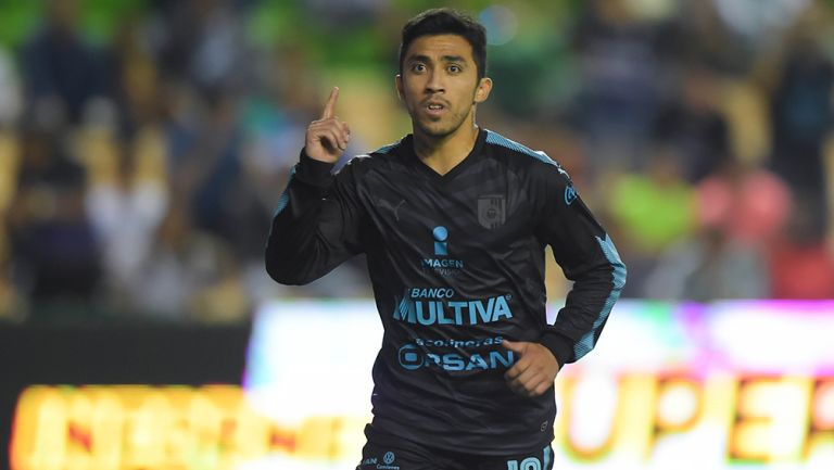 Edson Puch celebra gol con Gallos