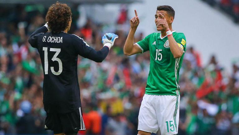 Memo Ochoa y Héctor Moreno celebran un gol