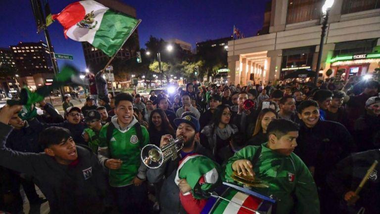 Aficionados mexicanas afuera de la concentración del Tri