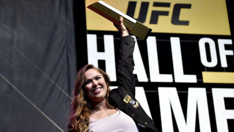 Ronda Rousey levanta reconocimiento, luego de formar parte del Salón de la Fama de UFC