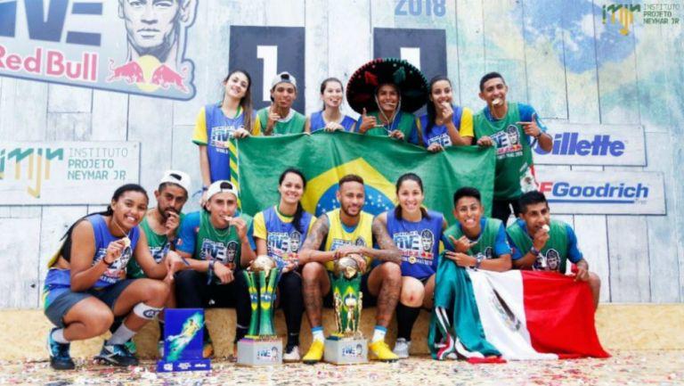 Ney posa con los ganadores de la tercera edición del Neymar Jr's Five