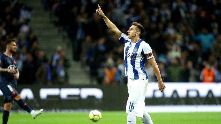 Héctor Herrera festeja gol con el Porto
