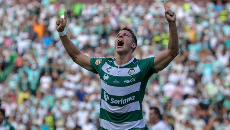 Julio Furch celebra gol contra Pachuca en la J3